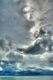 云彩在雨风暴的hdr湖 库存照片