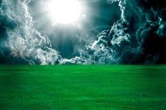 云彩在风暴的草绿色草甸 免版税库存照片