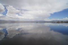 云彩在水中 免版税库存照片