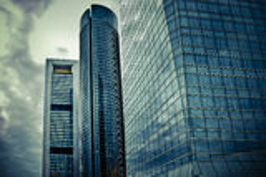 云彩在水晶摩天大楼反射 免版税库存照片
