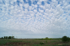 云彩均匀地被分布在干草原的天空中 库存图片