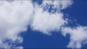 云彩定期流逝在天空的 股票录像