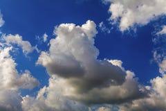 云彩异常,异想天开的形状在天空的日间 免版税库存照片