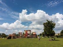 云彩形成在孩子操场熊本 库存图片