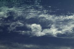 云彩形成肌肉人向致敬 免版税库存照片