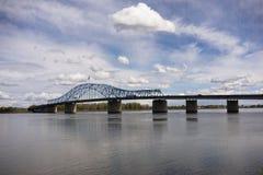 云彩快速地滚动通过先驱纪念桥梁哥伦比亚河肯 免版税库存照片