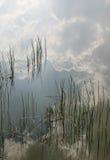 云彩成水平反射的水 免版税库存照片