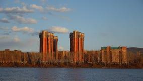 云彩时间间隔在一个住宅区的由河 股票录像