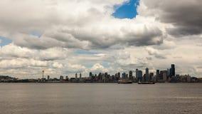 云彩时间间隔在西雅图市地平线和皮吉特湾4k时间间隔uhd的 股票视频