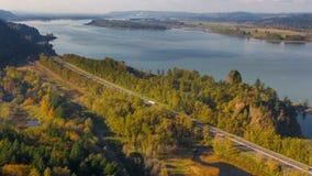 云彩时间间隔和沿哥伦比亚河的移动的太阳树荫在五颜六色的秋天秋天季节4k UHD狼吞虎咽高速公路84 影视素材