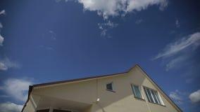 云彩时间间隔在大家庭房子的屋顶的 影视素材