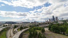 云彩时间间隔在西雅图WA市地平线和跨境高速公路自动交通4k uhd的 股票视频