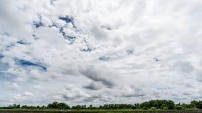 云彩有背景,阳光通过非常黑暗的动乱的预兆黑暗的云彩背景  库存照片