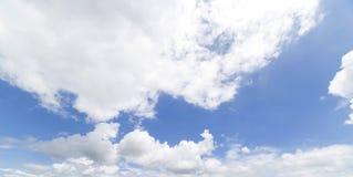 云彩有蓝天背景 免版税库存照片