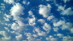 云彩有飞机美好的天空视图 免版税图库摄影