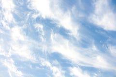 云彩条纹和浅兰的天空 免版税库存图片