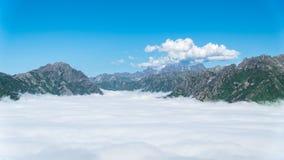 云彩梦想的海在山的在黑海Karadeniz地区,里泽土耳其 免版税库存照片