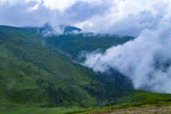 云彩横向山热带谷 多雨的日 美好的横向 免版税库存图片