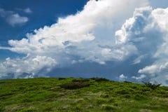 云彩横向山热带谷 多雨的日 美好的横向 图库摄影