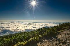 云彩海在山顶部的 免版税库存图片