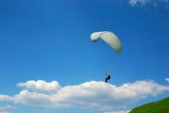 云彩滑翔伞 免版税图库摄影