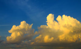 云彩漂浮,空气、风景和蓝天 免版税库存照片