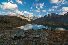 云彩的反射在多山湖 七个湖谷, Gorny阿尔泰,俄罗斯 免版税库存图片