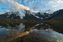 云彩的反射在日落的在多山湖 七个湖谷, Gorny阿尔泰,俄罗斯 免版税图库摄影