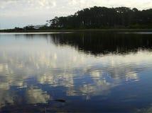 云彩的反射在湖的 免版税图库摄影