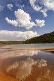 云彩的反射在盛大多彩春天在中途喷泉水池在黄石国家公园 库存照片
