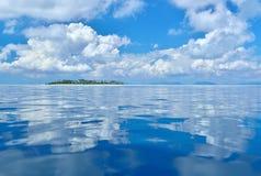 云彩的反射在镇静和平静的海洋的 免版税库存照片
