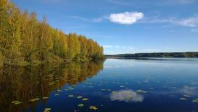 云彩的反射在镇静湖 免版税图库摄影