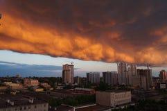 云彩的城市在雨前 免版税库存图片