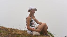 云彩的妇女在马德拉岛海岛上 库存照片