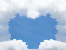 从云彩的心脏形状在蓝天 日s华伦泰 背景的爱标志 库存照片