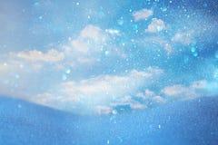 云彩的抽象图象在蓝色背景,冬天季节的 库存图片