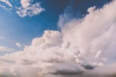 云彩的有趣的形成在蓝天的 库存照片