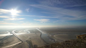 云彩的看法在海的泥泞的底部的在圣米歇尔山附近海岛的  影视素材