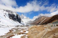 云彩的运动在山卓奥友峰,喜马拉雅山,国家环境政策法案的 免版税库存图片