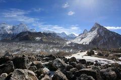 云彩的运动在山珠穆琅玛, Gyazumba Glacie的 免版税图库摄影