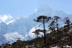 云彩的运动在山,喜马拉雅山的 库存图片