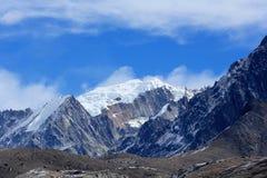 云彩的运动在山,喜马拉雅山的 免版税库存照片
