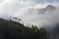 云彩的运动在山,喜马拉雅山,尼泊尔的 免版税库存照片