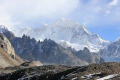 云彩的运动在山Gyazumba冰川的, Himala 图库摄影