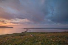 云彩的运动在春天在C的干草原零件 库存图片