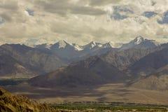 云彩的阴影在一个山谷的与雪锐化 图库摄影