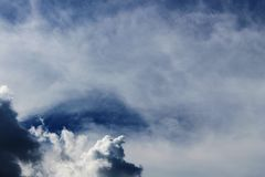 云彩的黑暗和白色颜色在蓝天背景的 免版税图库摄影