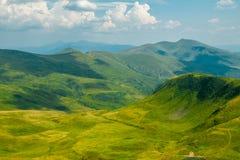 云彩的阴影在夏天山的 免版税图库摄影