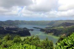 从云彩的阴影在绿色湖& x28被反射; Lagoa Verde& x29;在Sete Cidades 免版税库存图片