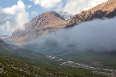 云彩盖的山谷。吉尔吉斯斯坦 免版税库存照片